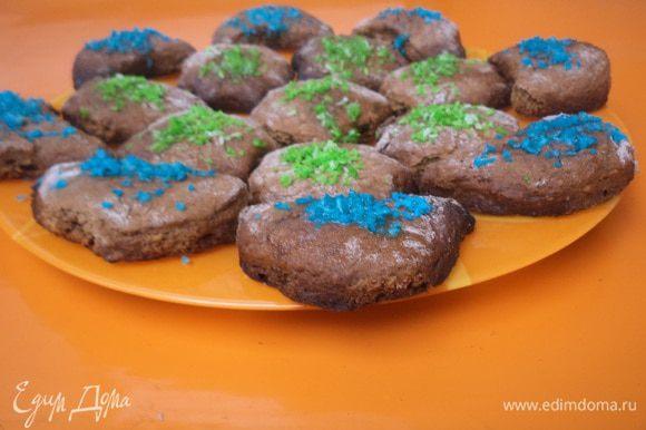 Выпекать печенье при температуре 200 градусов 10 - 15 минут. Горячее печенье смазать сливочным маслом и посыпать кокосовой стружкой.