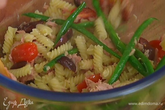 Горячие макароны и фасоль добавить к тунцу с помидорами и оливками, все перемешать.