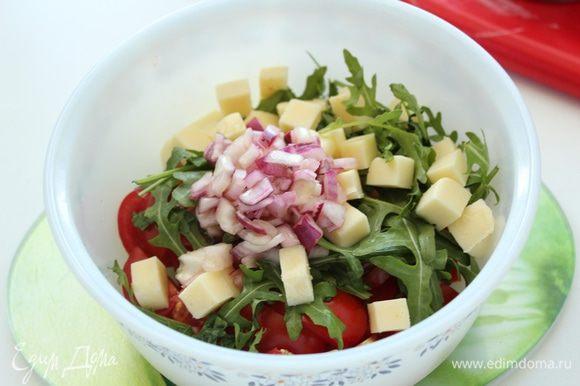 К помидорам добавить луковую заправку,перемешать.