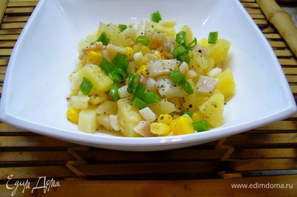Собираем салат: картофель режем кубиками, кальмары измельчаем. Сливаем воду из чашки с луком. Избавляем от воды кукурузу. Солим-перчим салат. Смазываем оливковым маслом. Перемешиваем. При подаче посыпаем порезанным зеленым луком.