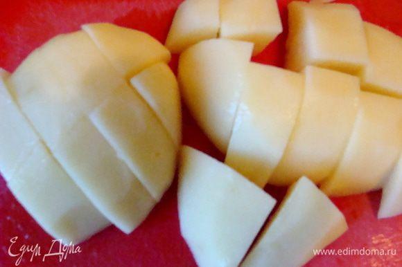 Картофель почистить, порезать в несколько раз крупнее сельдерея, добавить в кастрюлю.