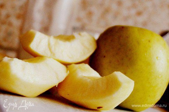 Очистить яблоки, удалить сердцевину. Нарезать кубиками или тонкими ломтиками. Положить яблоки в отдельную миску.