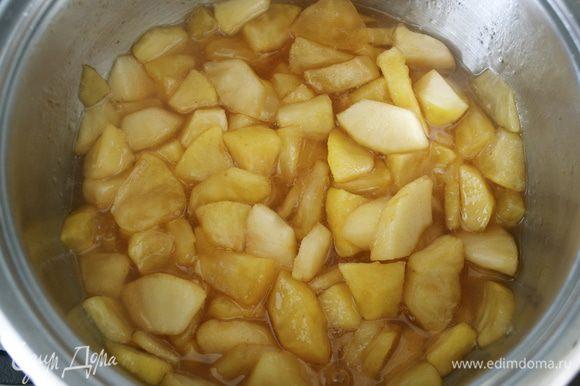 Тушите еще 3 минуты. Затем отставьте в сторону и дайте немного остыть. Яблочки получаются такого красивого янтарного цвета!!! Так бы и съела их...ложкой! )))