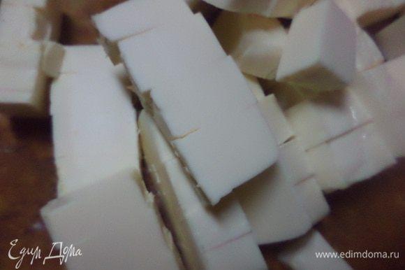 Плавленый сыр порезать кубиками, добавить в суп и проварить до расплавливания сыра.