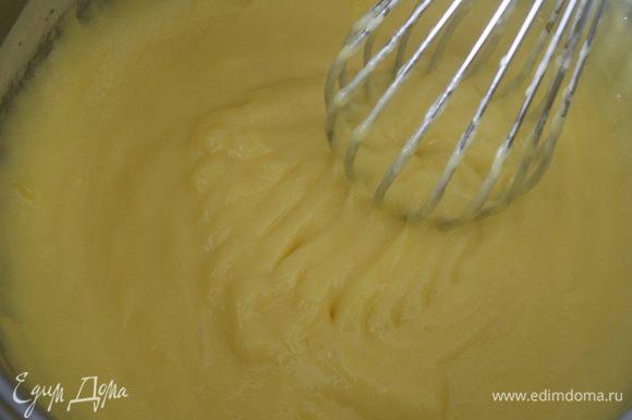 Сварить крем до готовности (до загустения), непрерывно помешивая. Он получается мягкой, бархатистой структуры...