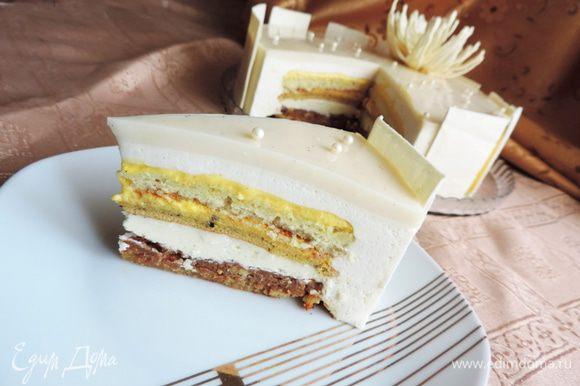 Долгожданный момент настал! Вот он - такой желанный разрез! Торт отлично нарезается на кусочки, срез получается очень красивым. Идеальное дополнение - идеального вкуса! Приятного чаепития!!!