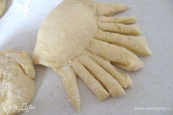 Оставшийся кусок теста нарезать полосками с одного края, и положить их на верхнюю часть булочки.