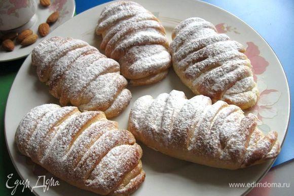Готовые булочки можно посыпать сахарной пудрой через сито. Приятного аппетита!