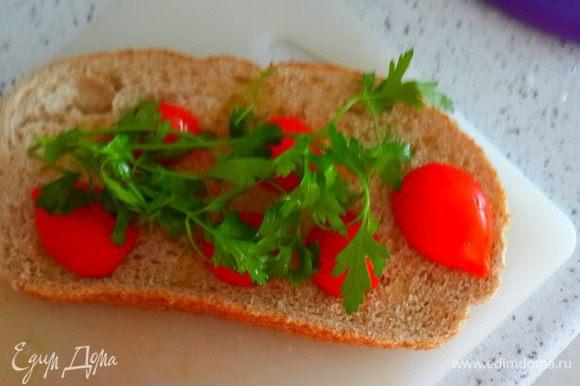 Разрезать пополам помидоры черри( но это не принципиально. Можно и другие мелкие помидорки). Положить на хлеб. Сверху петрушку.