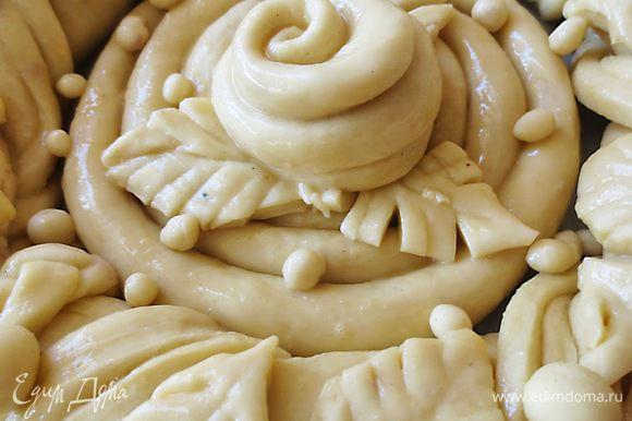 Желток взбить, добавить немного молока и смазать пирог. Оставить пирог на 20-30 минут. выпекать при температуре 190 градусов до готовности.