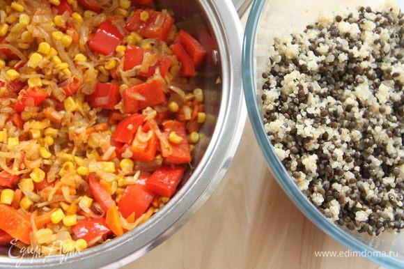 Овощи потушить ещё пару минут и убрать с огня. Отваренные чечевицу и киноа соединить и перемешать.
