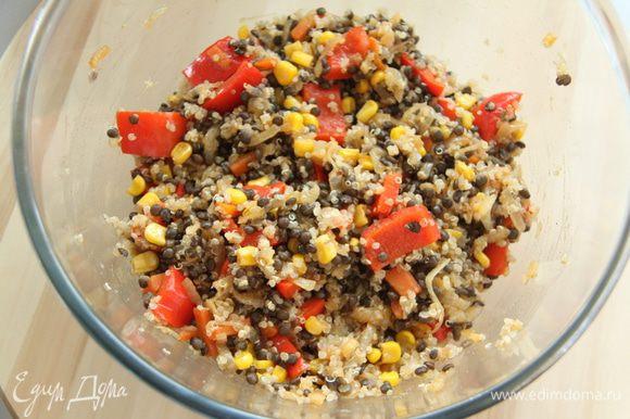 Соединить и перемешать овощи и бобовые/зерновые. Подавать салат тёплым, украсив зеленью (предпочтительней, кинзой).