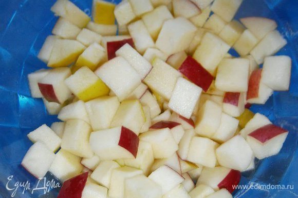 Яблоки нарезать кубиками, сложить в миску и сбрызнуть соком лимона.