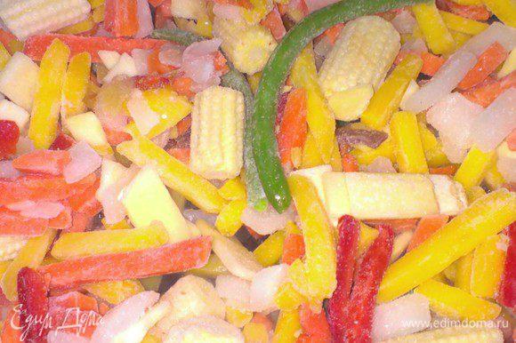 Готовую овощную смесь wok обжарить на растительном масле, примерно 10 минут. В конце добавить соевый соус. Соеденить с паниром и перемешать.