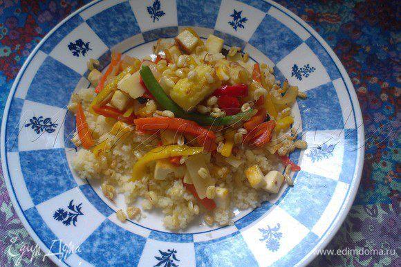 В тарелку выложить кус-кус, сверху добавить панир с овощами wok. Присыпать пророщенными ростками маша. И наслаждаться вкусным и полезным блюдом!