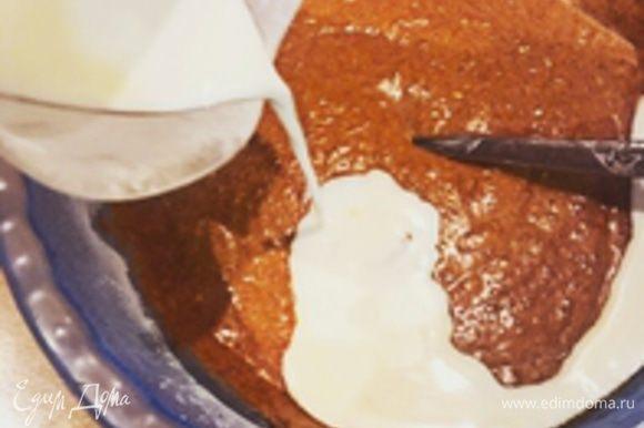 После добавляйте туда 100 г мягкого сливочного масла и остывшую до комнатной температуры карамель. После недолгого перемешивания еще 2 яйца и ванилин. Затем пол стакана молока. Тесто должно быть в меру густым, гуще жирной сметаны.