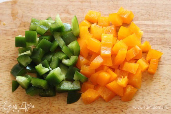 Перцы нарезать мелким кубиком.
