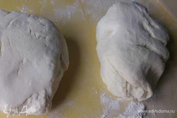Разделить тесто на две равных части.