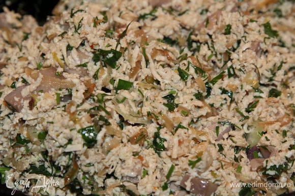 К луку с зеленью добавляем сыр тофу, грибы и перемешиваем. Начинка готова.