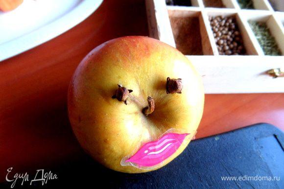 Выбираем самое маленькое яблоко, втыкаем гвоздички-глазки и клеим губки-наклейку.))