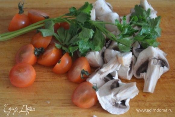 Пока курица жарится, разрезать напополам черри, грибы если крупные на 4 части, если маленькие можно целиком.