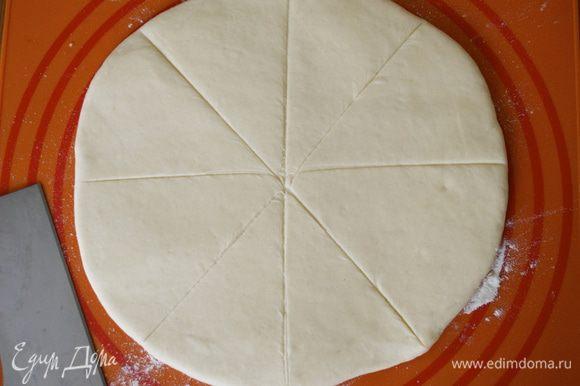 Окончательно вымесить тесто на присыпанной мукой доске, затем раскатать в форме круга толщиной 1,3 см. Разрезать круг на 8 клиньев...