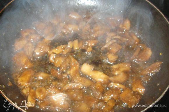 Шампиньоны выложил на разогретую с растительным маслом сковородку, подсолил и обжарил, чтобы вышла лишняя влага. В ступке растолок по пол чайной ложке зиры и семян горчицы. Добавил специи к грибам и полил их двумя столовыми ложками бальзамического уксуса. Сразу пошел крепкий аромат, чем - то напоминающий мясной. Грибы обжарил до темно-золотистого цвета и переложил в миску.