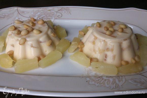 При подаче выложить желе из формочек и украсить оставшимися ананасами. Сверху можно еще посыпать орешками. Очень нежный и необыкновенно вкусный десерт.