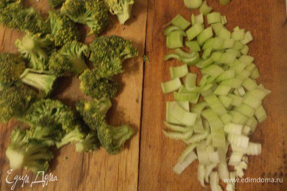 В кастрюле довести до кипения воду. Брокколи разделить на соцветия, черешки сельдерея нарезать ломтиками. Бланшировать овощи в кипящей подсоленной воде около 3 минут.