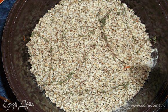 Чашу мультиварки смазать маслом, на дно выложить мясо, посоленное, поперченное и приправленное специями. Сверху выложить лук, морковь, перловку и веточки тимьяна. Залить чистой водой, чтобы перловка была покрыта. Я ставлю режим плов на 1,5 часа.