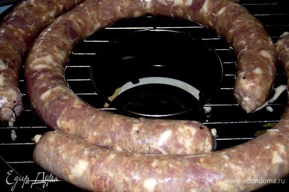 Отправляем колбаску на сковороду газ-гриль и обжариваем на среднем огне по 15 минут с каждой стороны. Готовность проверяем зубочисткой — если прозрачный сок, значит колбаска готова. В духовке колбаску жарим от 45 минут до 1 часа при 200 градусах в зависимости от размера колбаски. На нижний уровень в духовку ставим глубокую миску или противень с водой, а колбасу на среднюю решётку. Это секрет запекания в духовке — колбаса не высыхает и остаётся сочной. Приятного аппетита!