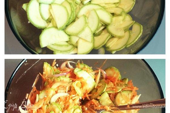 С кабачков слить жидкость. Добавить овощи, уксус, соевый соус, масло, сахар, соль, перец. Все хорошо перемешать и убрать в холодильник на 6 часов.
