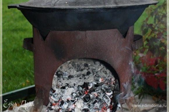 Казан опять накрываем и огонь вовсе убрать надо. Только щепочки подкидывать, чтобы угли не гасли. И так еще примерно полчасика.