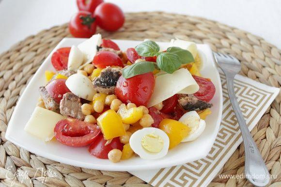 Положите кусочки сыра пармезан, сбрызните оливковым маслом, посолите, поперчите по вкусу.