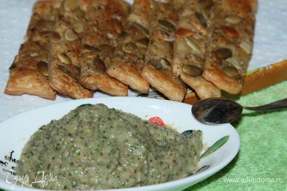 """Готово! Баклажановым дрессингом можно """"украсить"""" многие блюда: использовать как заправку к салатам, как соус к макаронам, мясу, рыбе, можно просто с сухариком или хлебушком. Мне вот захотелось на утро с палочками подать."""