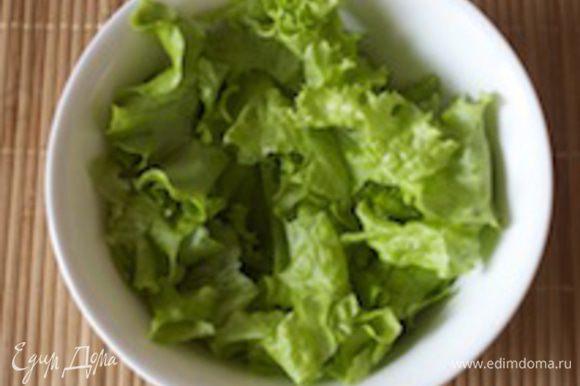 Теперь крупно режем (или просто руками нарываем) салат айсберг в салатницу с глубоким дном.