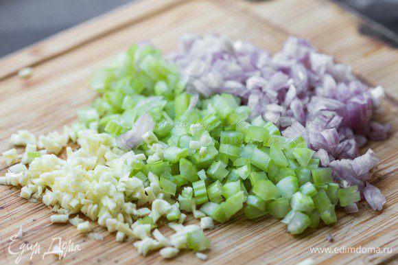 Подготовим овощи для супа. Лук-шалот, сельдерей и чеснок нарезать мелкими кубиками. Из чеснока я вытащила сердцевину (стрелки), чтобы убрать специфический чесночный запах.