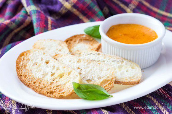 Соус руй переливаем в маленькую мисочку или соусник и подаем к супу на одной тарелке с румяными гренками.