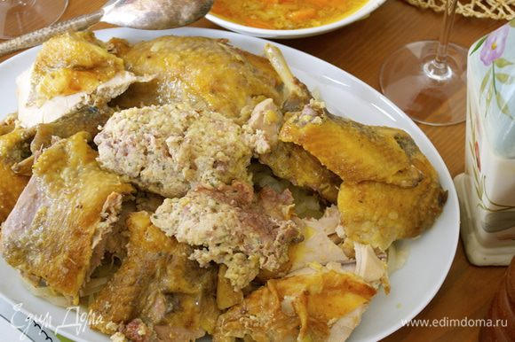 Готовую цесарку нарезать на порционные куски. Также достать и нарезать начинку... (Кстати, о начинке... Она получается ОЧЕНЬ вкусная и нежная! Таким же образом можно смело нафаршировать и приготовить цыпленка! Рекомендую! ))) ) Выложить на сервировочное блюдо капусту, сверху уложить куски цесарки и начинку. Отдельно можно подать соус от приготовления птицы.