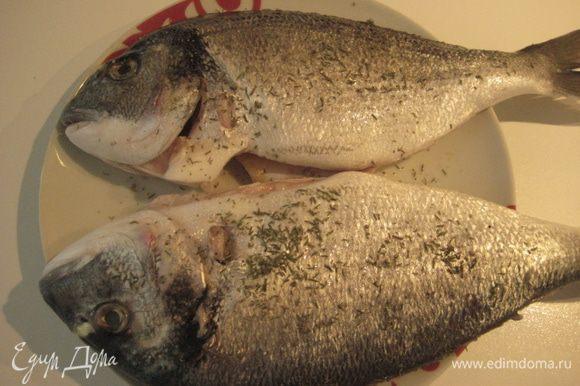Рыбу почистить, удалить внутренности и жабры, промыть, обсушить бумажным полотенцем. Посолить немного, поперчить, посыпать тимьяном.