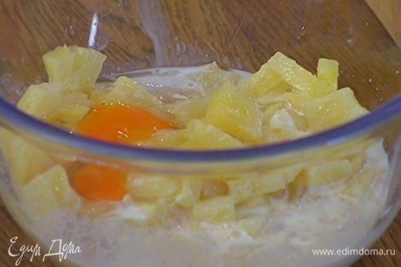 Муку соединить с ананасами, орехами, сахаром, яйцом, разрыхлителем и солью, влить молоко и все вымешать.