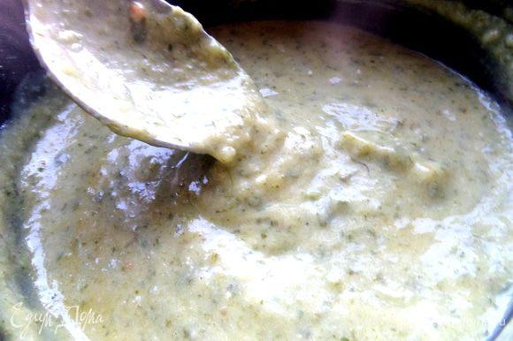 Мешаем на огне, пока желтки не схватятся и суп не загустеет. Густоту регулируем бульоном.