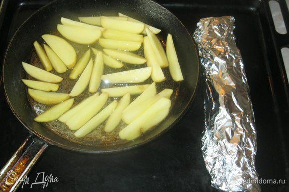 Конвертик с рыбой и форму с картошкой поставил в разогретую до 120 градусов духовку на полчаса. Через полчаса развернул конверт и включил на пять минут гриль. И все готово!