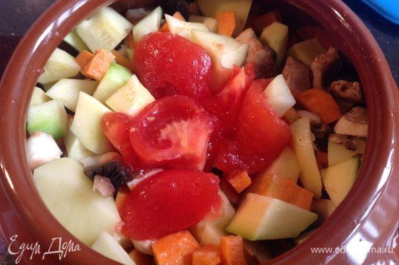 Помидор обдать кипятком, снять кожицу, нарезать на четвертинки. В горшочек сложить мясо, овощи, сверху выложить помидор, и выдавить прессом чеснок. Залить горячим бульоном. Готовить в духовке при 200 градусах 2 часа 30 минут.