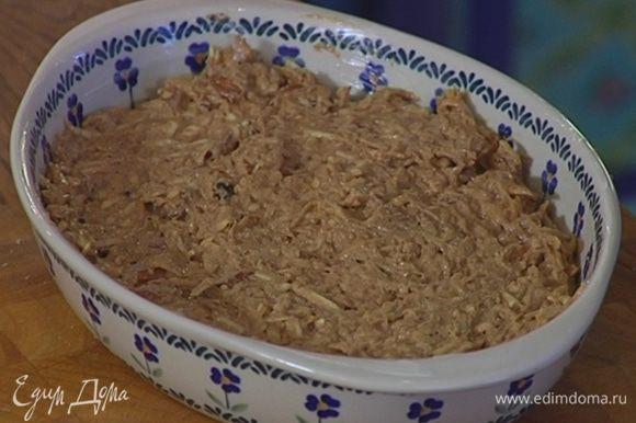 Керамическую форму для выпечки смазать оставшимся сливочным маслом, выложить тесто и разровнять его.