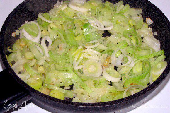 Разогреть в сковороде сливочное масло и на небольшом огне, помешивая, обжарить овощи 8 минут.