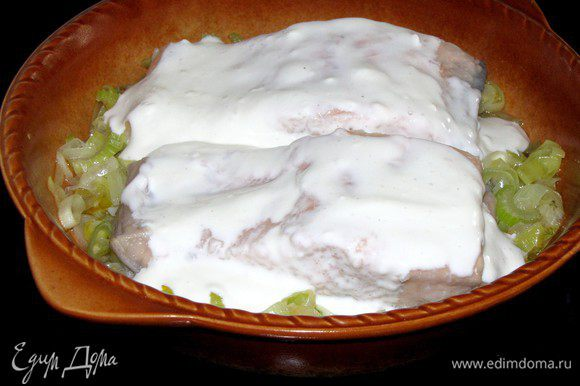 Достать форму с рыбой из духовки. Полить лосося приготовленным сырным соусом и, не накрывая, вернуть в духовку еще на 15 минут, до легкого зарумянивания.