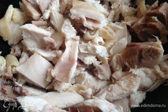 Куриное мясо разобрать на волокна и добавить в сковороду к луку. Приправить кориандром, солью, перцем, положить лимон и готовить помешивая, на среднем огне примерно 5 минут.