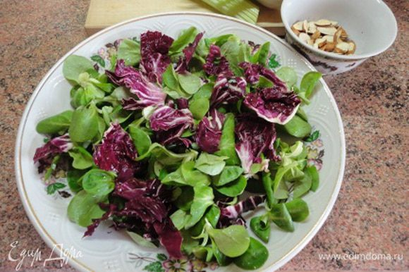 2. В море зеленых витаминов не только для красоты, но и для горчичного вкуса я решила добавить немного таких красивых листьев салата радичио.