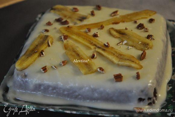 Выложим дольки поверх сахарной глазури, посыпаем орехами. Разрезаем и подаем к столу. Приятного аппетита.